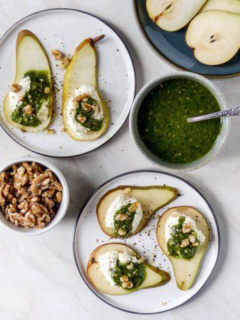 Anna Lee Eats. Birnen-Canapes mit geschlagenem Burrata, Pesto und Walnüssen  Kochen Vegetarisch Anna Lee Brodesser