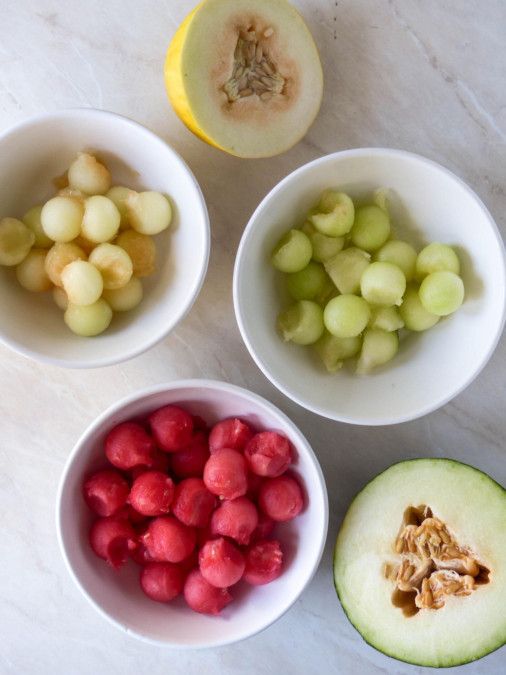 Melonenspieße mit Mozzarella und Pesto-Öl