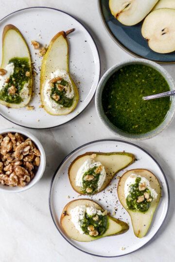 Anna Lee Eats. Birnen-Canapes mit geschlagenem Feta, Pesto und Walnüssen Kochen Vegetarisch Anna Lee Brodesser