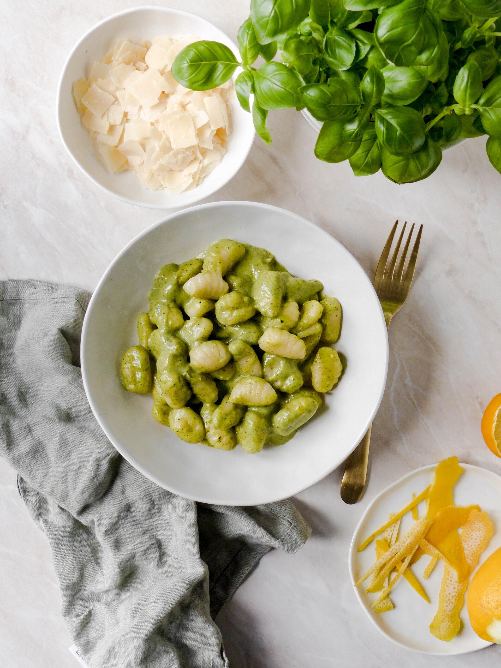 Gnocchi mit Basilikumpesto, Zitrone und Parmesan