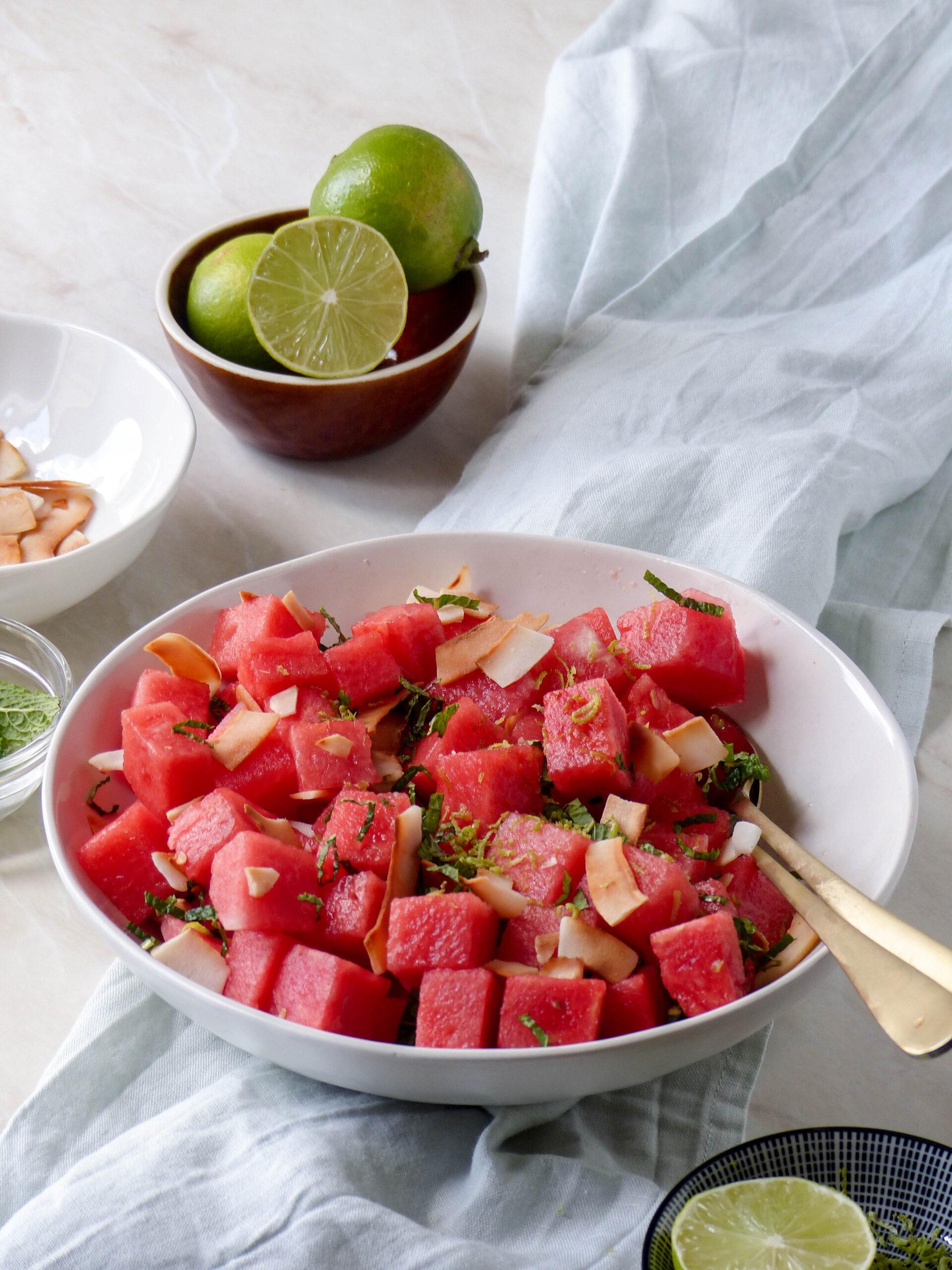 Wassermelonensalat mit gerösteter Kokosnuss und Limette - Anna Lee EATS.