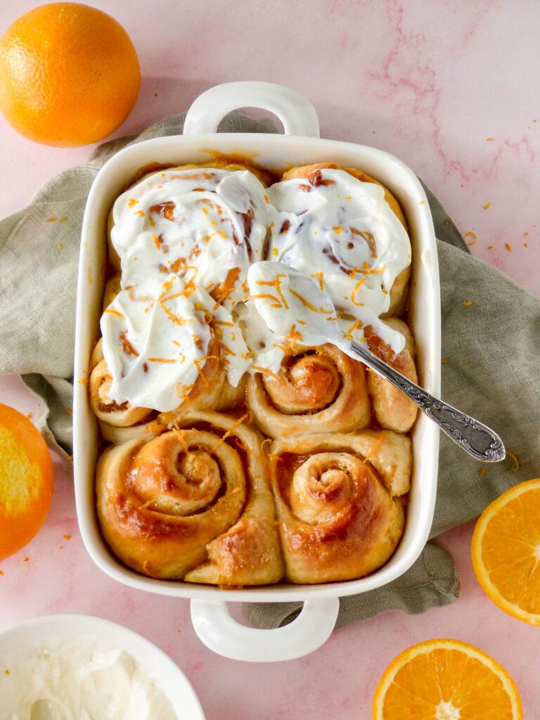 Orangen-Hefeschnecken mit Vanille-Frosting Anna Lee EATS.